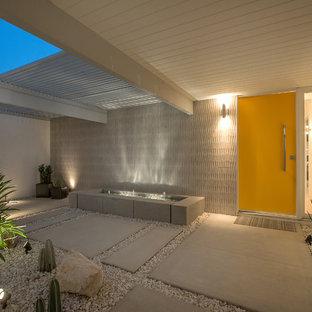 На фото: входная дверь в стиле ретро с одностворчатой входной дверью и желтой входной дверью с