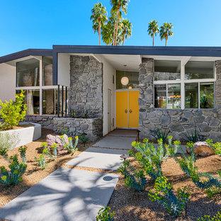 Inspiration för en mellanstor retro ingång och ytterdörr, med vita väggar, en dubbeldörr och en gul dörr