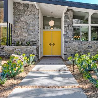 Réalisation d'une porte d'entrée vintage de taille moyenne avec un mur blanc, une porte double et une porte jaune.