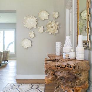 Idéer för en mellanstor 60 tals hall, med beige väggar, mellanmörkt trägolv, en enkeldörr och en grön dörr