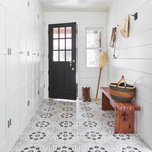Modelo de entrada de estilo de casa de campo, de tamaño medio, con paredes blancas, suelo de baldosas de cerámica y suelo violeta