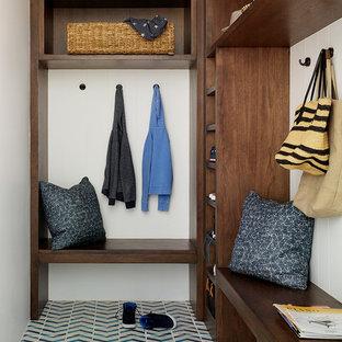 サンフランシスコのトランジショナルスタイルのおしゃれなマッドルーム (白い壁、セラミックタイルの床、青い床) の写真