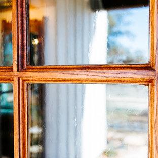 Idéer för en stor lantlig ingång och ytterdörr, med bruna väggar, bambugolv, en enkeldörr, glasdörr och brunt golv