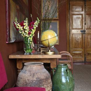Inredning av en klassisk mellanstor hall, med bruna väggar, en dubbeldörr, mellanmörk trädörr och heltäckningsmatta