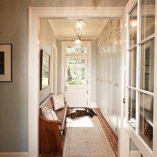 Ispirazione per un ingresso o corridoio tradizionale con pavimento in mattoni