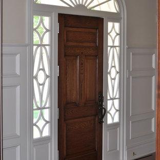Ispirazione per un ingresso o corridoio chic con pareti beige, una porta in legno chiaro e una porta singola