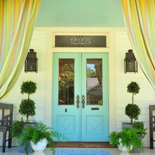 Exempel på en lantlig ingång och ytterdörr, med en dubbeldörr och en blå dörr