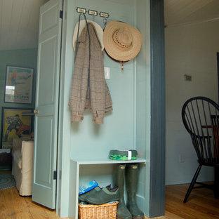 Cette image montre une entrée rustique avec un mur bleu, un vestiaire et un sol jaune.