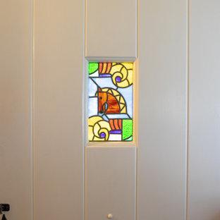 Kleine Country Haustür mit grauer Wandfarbe, braunem Holzboden, Einzeltür, weißer Tür, braunem Boden und freigelegten Dachbalken in Minneapolis