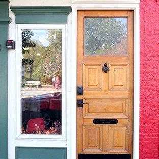 クリーブランドの片開きドアエクレクティックスタイルのおしゃれな玄関 (淡色木目調のドア) の写真
