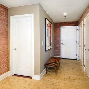 Aménagement d'une entrée classique de taille moyenne avec un couloir, une porte simple, une porte blanche, un mur rouge et un sol en carrelage de céramique.