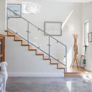 Пример оригинального дизайна: прихожая в современном стиле с бетонным полом и серым полом
