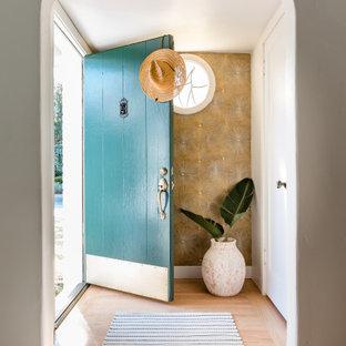 Idéer för att renovera en maritim ingång och ytterdörr, med metallisk väggfärg, ljust trägolv, en enkeldörr, en blå dörr och beiget golv
