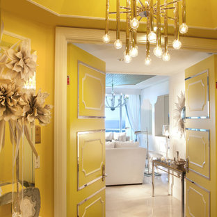 Inredning av en eklektisk entré, med gula väggar och vitt golv