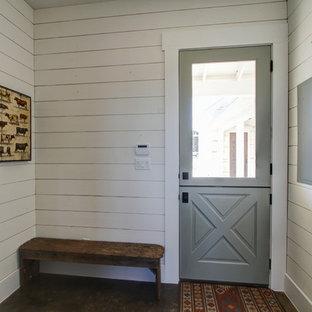 Idées déco pour une entrée campagne de taille moyenne avec un vestiaire, un mur blanc, un sol en bois foncé, une porte hollandaise et une porte en bois brun.