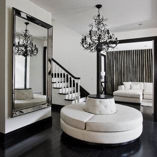 モントリオールの広いコンテンポラリースタイルのおしゃれな玄関ロビー (白い壁、黒い床、塗装フローリング) の写真