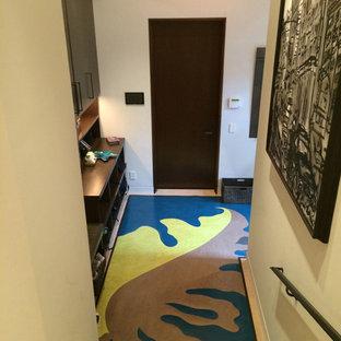 Réalisation d'un petit hall d'entrée design avec un mur blanc, un sol en linoléum, une porte simple et une porte en bois foncé.