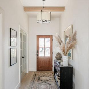 オクラホマシティの中くらいの片開きドアトランジショナルスタイルのおしゃれな玄関ドア (白い壁、淡色無垢フローリング、木目調のドア、ベージュの床、表し梁) の写真