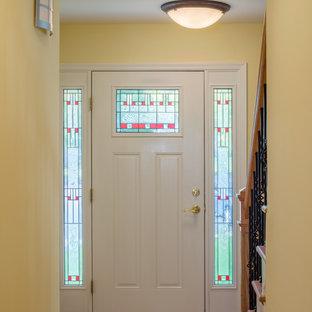 Foto di una piccola porta d'ingresso chic con pareti beige, parquet chiaro, una porta singola e una porta bianca