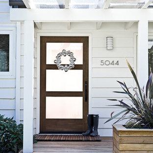 Пример оригинального дизайна: входная дверь в классическом стиле с одностворчатой входной дверью и стеклянной входной дверью