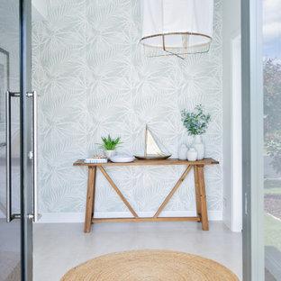 Пример оригинального дизайна: большое фойе в морском стиле с серыми стенами, полом из керамогранита, одностворчатой входной дверью, черной входной дверью, серым полом и обоями на стенах