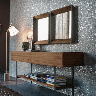Foto de distribuidor ecléctico, grande, con paredes metalizadas, suelo de baldosas de porcelana y suelo gris