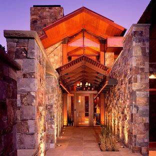 На фото: большие входные двери в современном стиле с стеклянной входной дверью и одностворчатой входной дверью