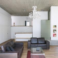 Modern Entry by Amitzi Architects