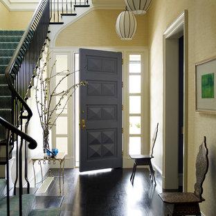 ニューヨークの片開きドアトランジショナルスタイルのおしゃれな玄関 (紫のドア) の写真