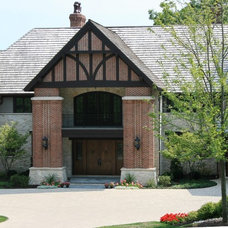 Traditional Entry by MCCORMACK & ETTEN ARCHITECTS LLP