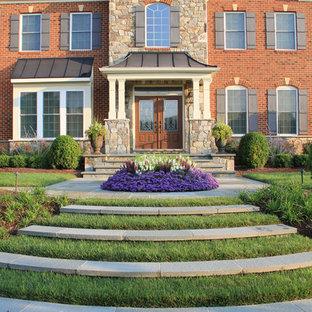 Неиссякаемый источник вдохновения для домашнего уюта: входная дверь в классическом стиле с красными стенами, двустворчатой входной дверью и коричневой входной дверью