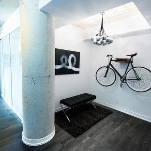 Idéer för industriella entréer, med vita väggar och mörkt trägolv