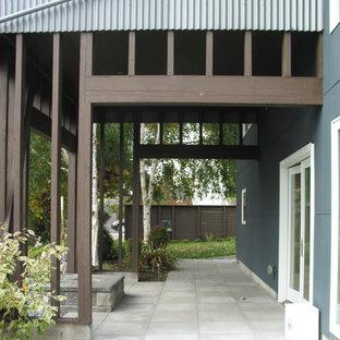 Ejemplo de puerta principal urbana, grande, con paredes azules, suelo de piedra caliza, puerta doble y puerta de vidrio