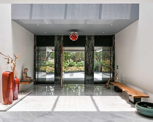 Hall d\'entrée contemporain avec une porte marron : Photos et idées ...