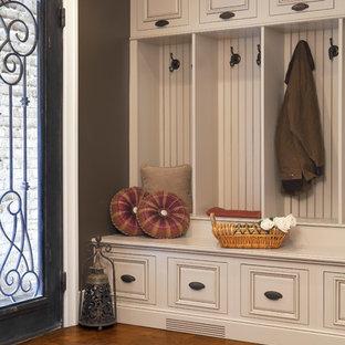 Foto de vestíbulo posterior clásico, de tamaño medio, con paredes marrones, puerta simple y puerta de vidrio