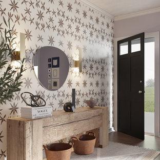 Idéer för små eklektiska foajéer, med flerfärgade väggar, mellanmörkt trägolv, en enkeldörr och brunt golv