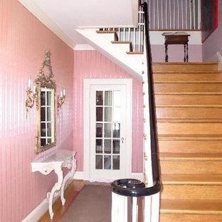 他の地域のおしゃれな玄関 (ピンクの壁、淡色無垢フローリング) の写真