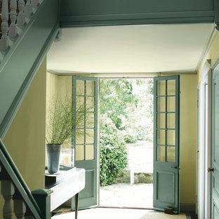 Inspiration för mellanstora shabby chic-inspirerade foajéer, med gula väggar, mörkt trägolv, en dubbeldörr, en blå dörr och brunt golv
