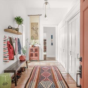 Пример оригинального дизайна: тамбур в стиле современная классика с белыми стенами и полом из терракотовой плитки