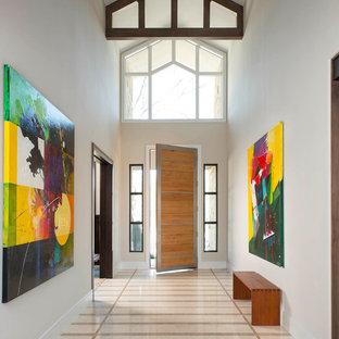 ダラスの広い片開きドアコンテンポラリースタイルのおしゃれな玄関ドア (ベージュの壁、大理石の床、淡色木目調のドア) の写真