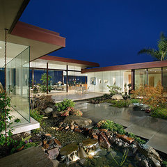 modern entry by Ron Yeo, FAIA Architect