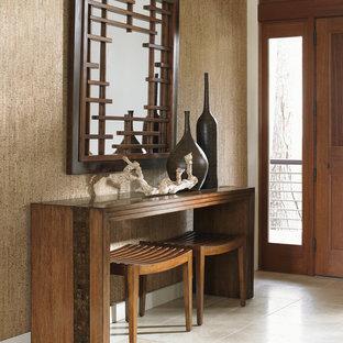 Asiatisk inredning av en mellanstor foajé, med beige väggar, klinkergolv i keramik, en enkeldörr och en brun dörr