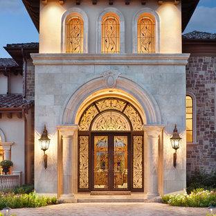 Aménagement d'une porte d'entrée méditerranéenne avec une porte double et une porte en verre.