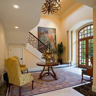 他の地域の両開きドア地中海スタイルのおしゃれな玄関ドア (黄色い壁、木目調のドア、マルチカラーの床) の写真