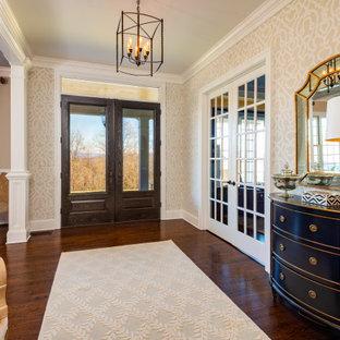 Источник вдохновения для домашнего уюта: прихожая в стиле неоклассика (современная классика) с бежевыми стенами, темным паркетным полом, двустворчатой входной дверью и обоями на стенах