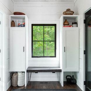 Foto de vestíbulo posterior machihembrado y machihembrado, rústico, machihembrado, con paredes blancas, suelo de madera oscura, suelo marrón y machihembrado