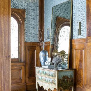Foto på en stor vintage farstu, med flerfärgade väggar och mörkt trägolv