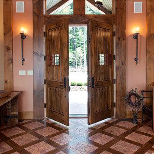 Inspiration för en rustik entré, med orange väggar, en dubbeldörr och mörk trädörr