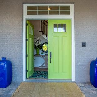 Diseño de puerta principal marinera, grande, con paredes grises, puerta doble y puerta verde