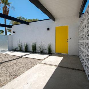Пример оригинального дизайна интерьера: прихожая в стиле ретро с одностворчатой входной дверью и желтой входной дверью
